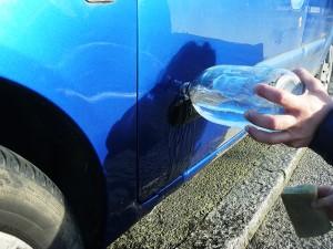 Rincer votre voiture à l'eau claire.