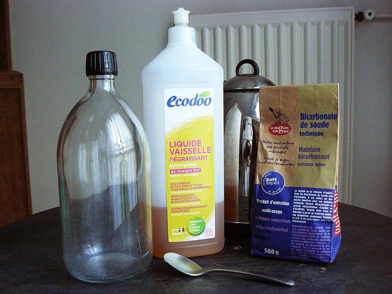 Ingrédients pour fabriquer un produit afin de laver l'extérieur de sa voiture au bicarbonate.