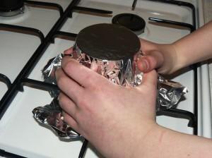Recouvrir la boîte de papier d'aluminium.