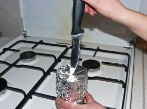 Percer un trou dans le papier d'aluminium.