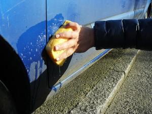 Frotter votre voiture avec l'éponge bicarbonatée.